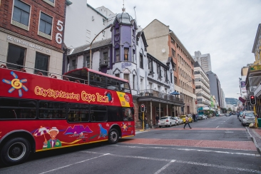 Long_street_with-city_sightseeing_bus_craig_howes.jpg