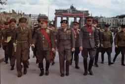 Allies_at_the_Brandenburg_Gate,_1945