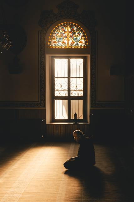 man-kneeling-while-praying-2652088